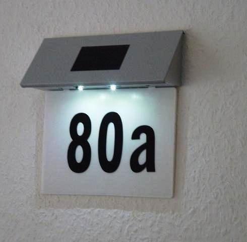 Husnummer med solcellelys